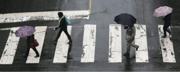 canada vicgtoria ped crossing in rain