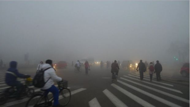 china-tianen-cycling-walking-cars-fog